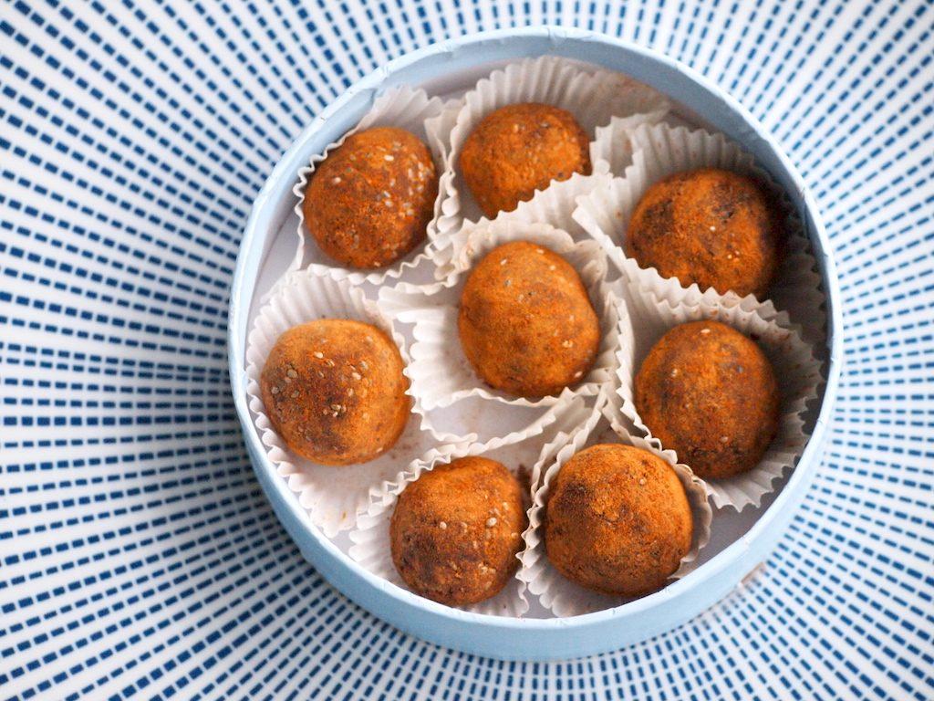Dadelballetjes met kokos en cacao
