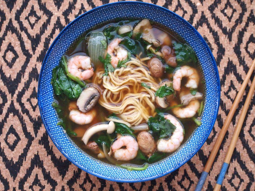 Simpele noodle soep met garnalen, paddestoelen en spinazie