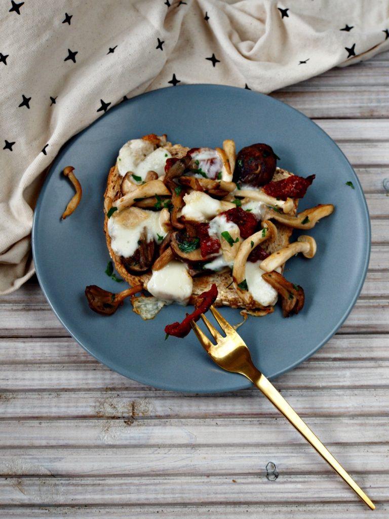 Herfstbroodje met paddenstoelen, zongedroogde tomaten en taleggio