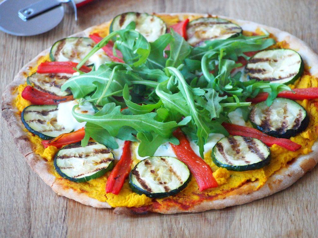 Pompoen pizza met gegrilde groenten