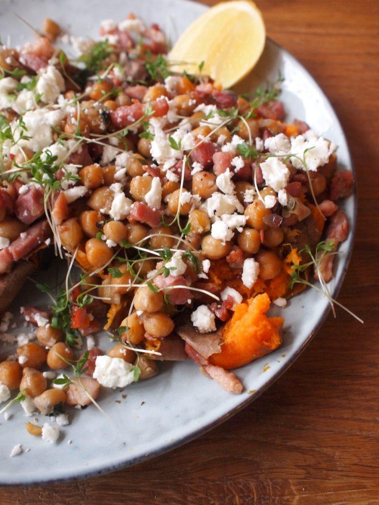 Heerlijke gepofte zoete aardappel met kikkererwten
