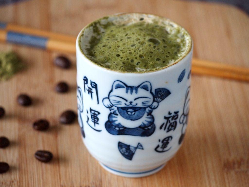 Matchaccino: een groene matcha cappuccino