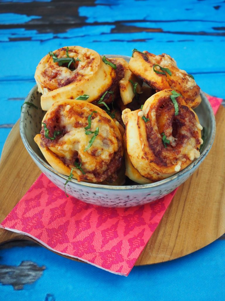 Mini pizza rolletjes met oude kaas (vegetarische feest snack!)