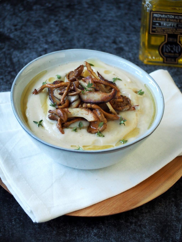 Geroosterde bloemkoolsoep met truffelolie en paddenstoelen