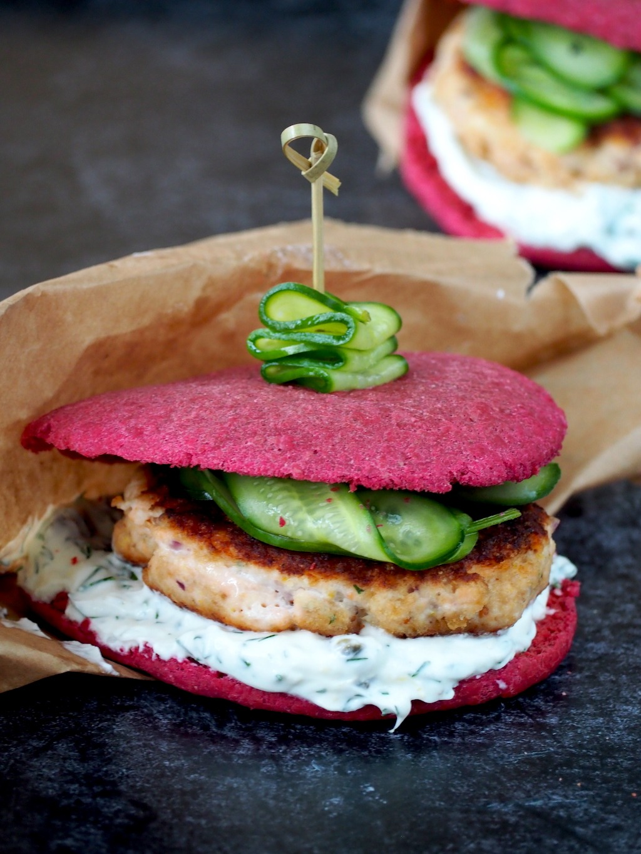 Zalmburgers met yoghurtsaus en ingelegde komkommer