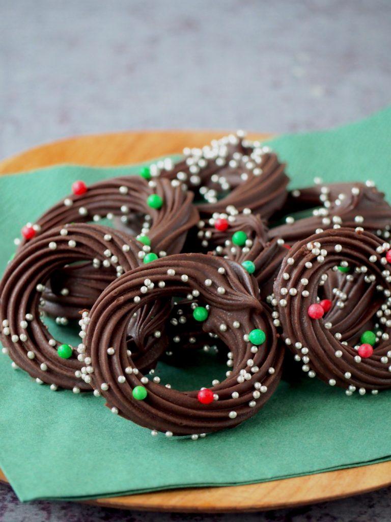 Feestelijke romige chocolade kransjes