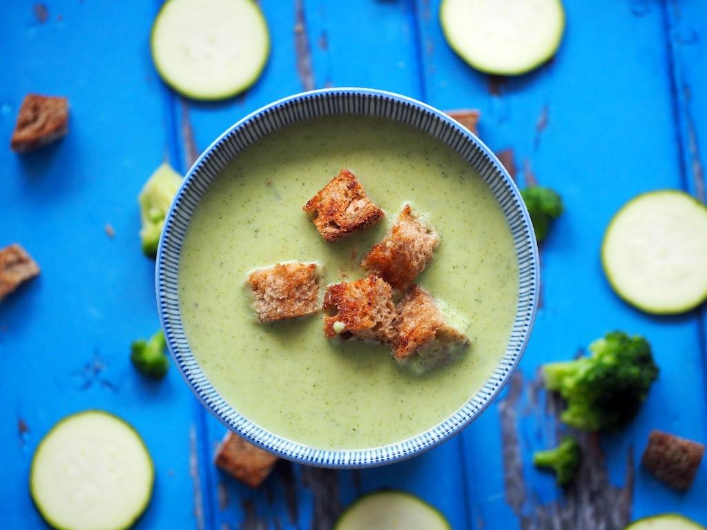 Courgette broccoli soep met knoflookcroutons