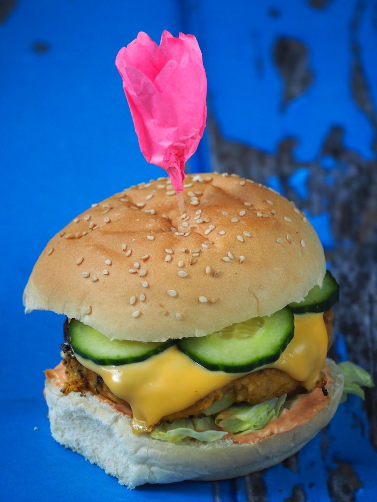 Zoete aardappel-bloemkool burgers met Sriracha mayo