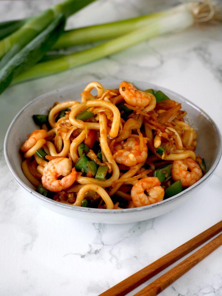 Sappige udon noodles met knoflookgarnalen